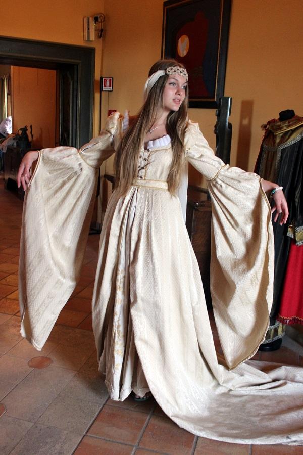 Даниэла Рябичева  в историческом костюме  в Норманнском замке-музее  Свадебное платье средневековой невесты Санта-Северина Италия, Калабрия фото Лариса Белима