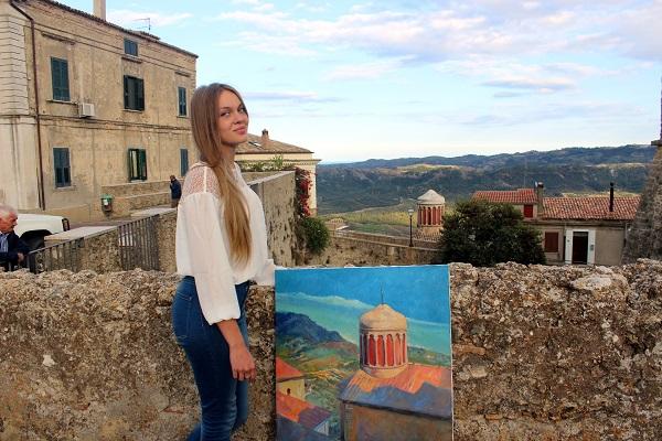 Даниэла Рябичева  с картиной для Музея Санта-Северины фото Лариса Белима