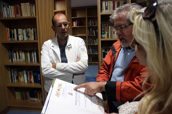 Мэр города Санта-Северина  Господин Джордано (Lucio Giordano) знакомит художников из Москвы с историей, искусством и реликвиями городской библиотеки и музеев.