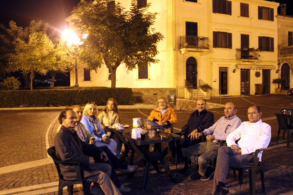 Жители города Санта-Северины за чашкой кофе с художниками из России.