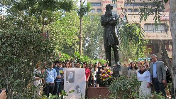 Члены экспедиции и индийские студенты возле памятника Л. Толстому в Нью-Дели