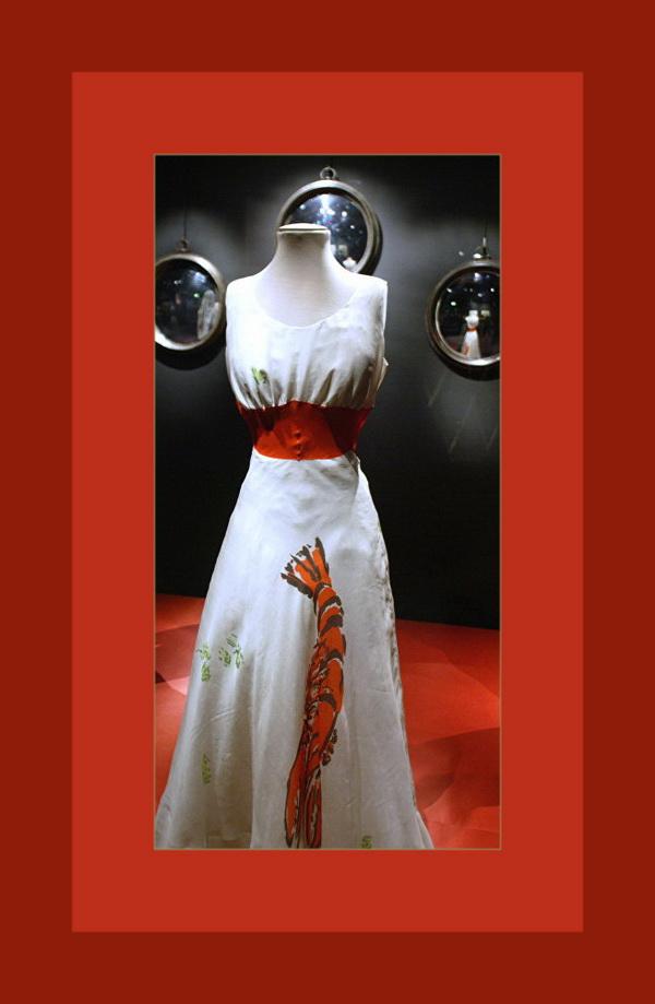 Знаменитое платье Эльзы Скиапарелии с Омаром и Петрушкой. Сюжет заимствован у Сальвадора Дали (Натюрморт с омаром)