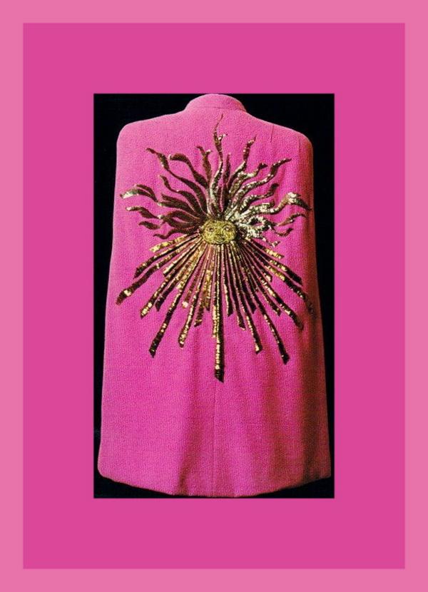 Шокирующий розовый в свое время в моду ввела именно Эльза Скиапарелли. В этой модели также использован символ Солнце, оммаж Сальвадору Дали