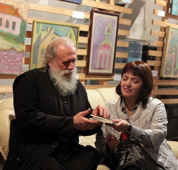 Отец Александр  (Александр Егоров) Мария Туманова подписывает сборник своих стихов