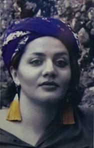 Махназ родилась в Шеразе, городе поэтов, писателей и многих творческих людей