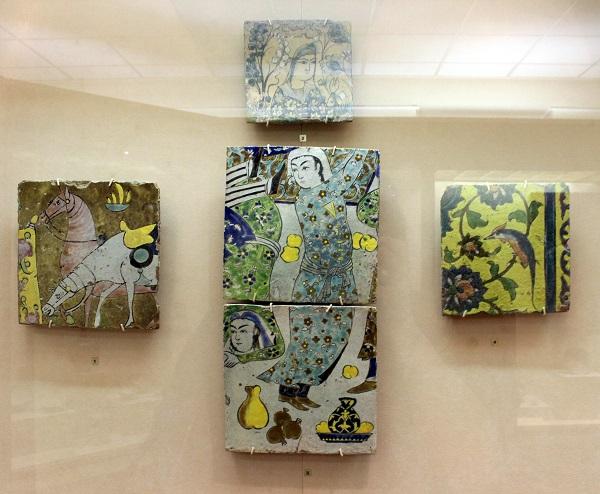 В центре панно из двух изразцов.  Иран, Исфахан. XVII в. Фаянс, роспись глазурями. Музей Востока, Москва