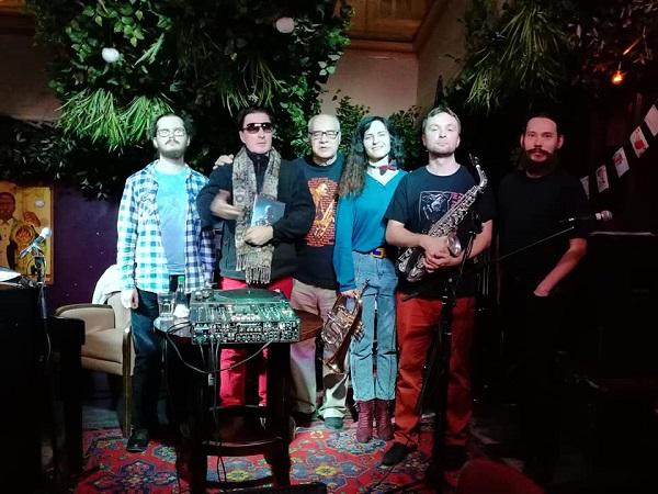 Михаил Сапожников  (в центре) с участниками программы  TRANE ZEN ART 17 декабря 2018 года  фото: Светлана Конюхова