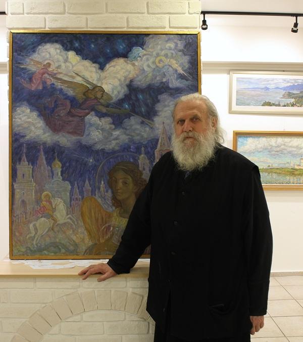 "Отец Александр  на фоне своей картины ""Ангелы трубят"""