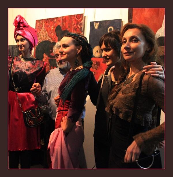 Мария Комыса с гостями вернисажа