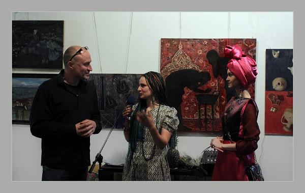 Открытие выставки  автор Мария Комыса, музыкант Борис Штейнберг, справа искусствовед София Загряжская