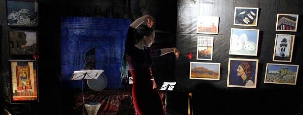 Мария Комыса исполняет фламенко  на фоне своих работ в Творческой Мастерской Рябичевых