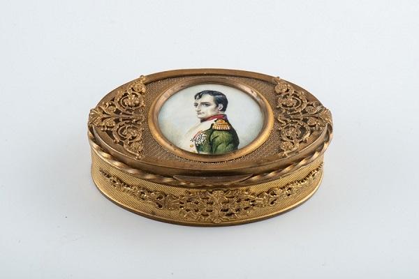 Бонбоньерка с портретом Наполеона I металл, миниатюра на кости, гуашь. Франция. Нач. XIX