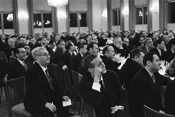 Александр Устинов Первая встреча руководителей партии и правительства с творческой интеллигенцией в Кремле. На переднем плане – поэт Евгений Евтушенко 17 декабря 1962 г.