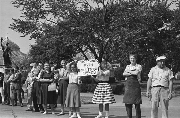 Александр Устинов Визит Никиты Хрущева в США.  По дороге на Питтсбург. Молодые американцы желают Первому секретарю ЦК КПСС Никите Хрущеву счастливого пути 19–20 сентября 1959 год