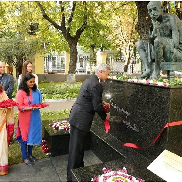 Министр иностранных дел Республики Индии Субраманьям Джайшанкар, посетивший Москву с официальным визитом в августе 2019 года, побывал на торжественном открытии обновленного памятника Махатме Ганди у посольства Республики Индия в России.