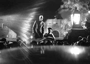 Джавахарлал Неру объявляет о смерти Махатмы Ганди Фотограф: Анри Картье-Брессон  Одна из самых знаменитых фотографий сороковых годов 1948 г.
