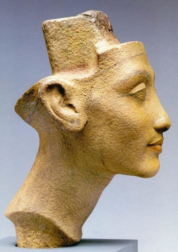 Нефертити высота бюста 19 см   материал -- жёлтый кристаллический песчаник считается незаконченным портретом Нефертити Мастерской Тутмоса