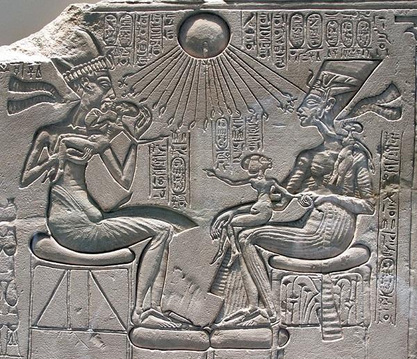 Семейная сцена царственной четы: Эхнатон целует дочь Макетатон, на коленях Нефертити сидит дочь Меритатон, Анхесенамон на плече играет с серьгами матери.