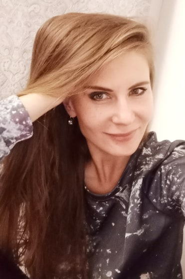 Анастасия Дани искусствовед, стилист автор коллекции, представляющей монотипию на одежде