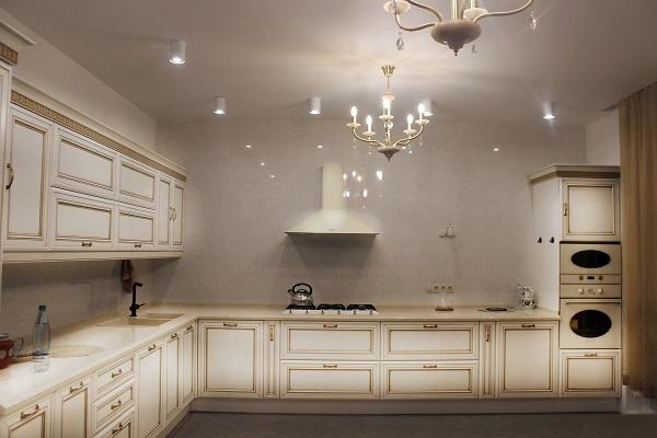 Кухня дома Yamontovo Villa вместит несколько поваров  для подготовки к дружеской вечеринке