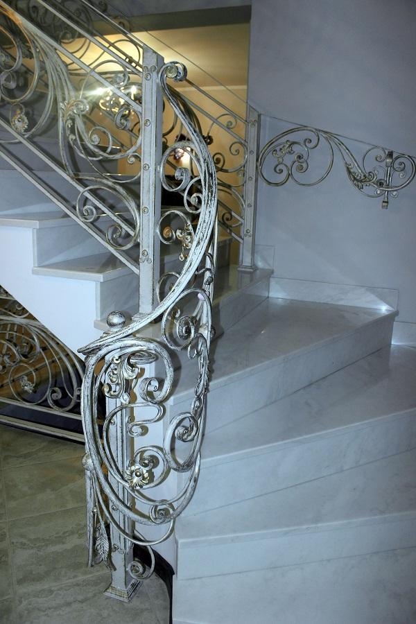 """Витая мраморная лестница --  украшение каминного зала и просторного холла в доме """"Yamontovo Villa"""""""