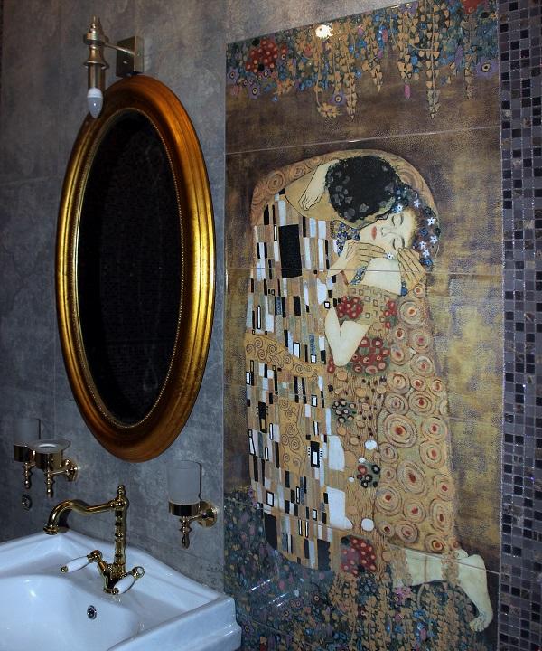 Керамическое панно по мотивам Густава Климта в одной из ванной второго этажа Yamontovo Villa
