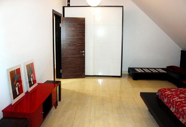 Одна из комнат  третьего этажа  дома Yamontovo Villa оформлена в японском стиле