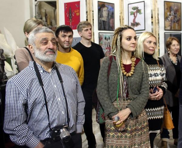 Художник искусствовед  Артем Киракосов (слева)  на открытии выставки  Махназ Жабри