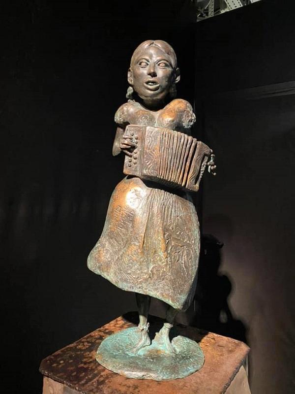 «Девушка с гармонью»  скульпторы  Александра Рогоза и Александр Рукавишников