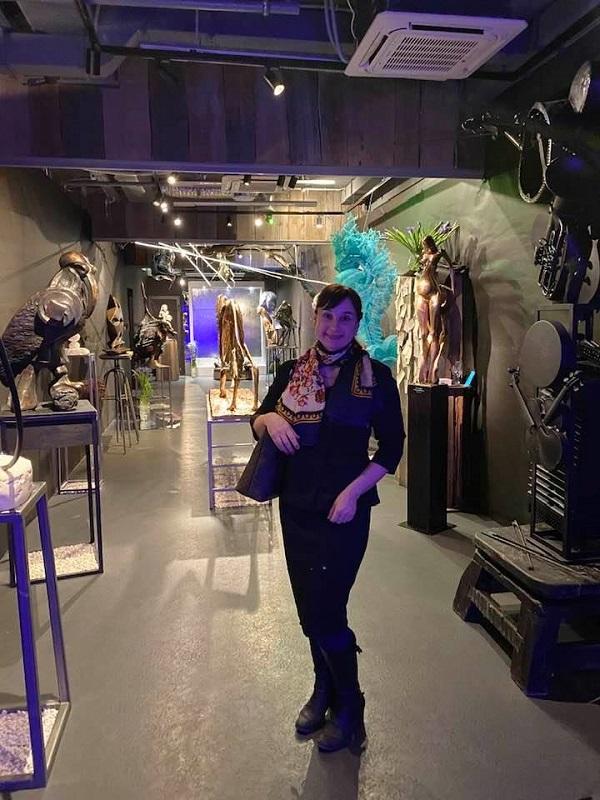 """Елена Садыкова эксперт искусства искусствовед на выставке скульптуры  в Арт-Кафе """"Рукав"""""""