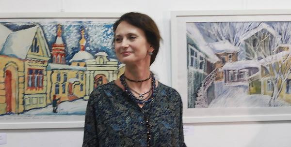 Художник Елена Ширенина на фоне своих работ