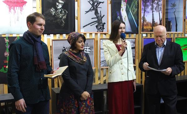 Сокуратор искусствовед София Загряжская открывает выставку Махназ Жабри  в Творческой Мастерской Рябичевых