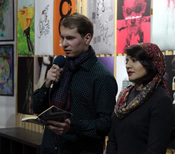 Махназ Жабри  привезла в Москву более пятидесяти работ, включая свои живописные полотана на уникальном материале -- аутентичном иранском бархате. Также в выставке представлены плакаты, иллюстрации, фотографии, графический дизайн, цифровое искусство