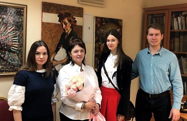 Мария Туманова с гостями вернисажа