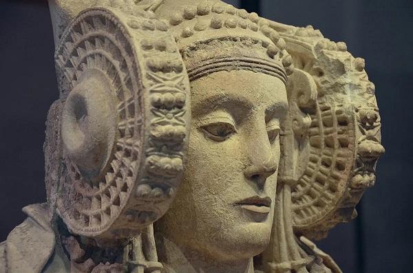Дама из Эльче  скульптура, датируемая IV веком до н. э., представляет собой каменный бюст женщины, как считают многие исследователи, полихромный (многоцветный), в богатом уборе и с необычайно сложной причёской.