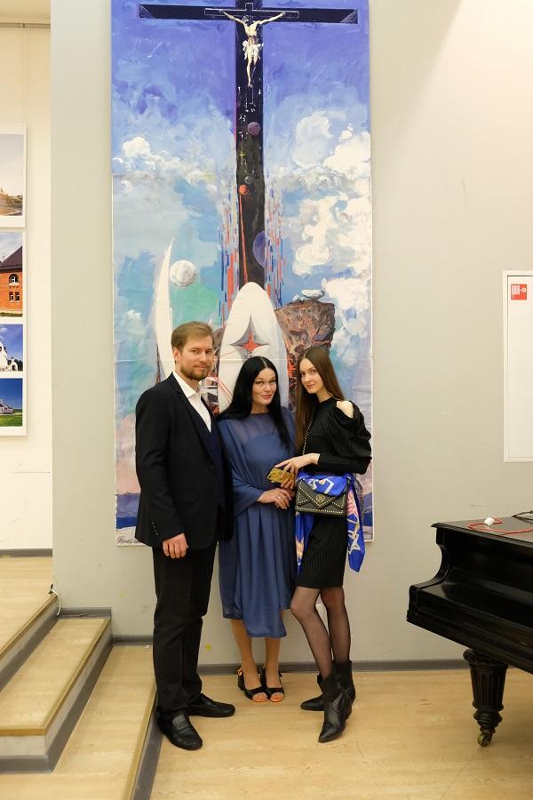 Монументально в интерьере У этой работы Виктора Федоровича сфотографировались почти все гости вернисажа