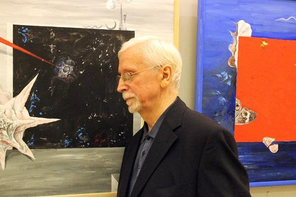 Виктор Федорович Орловский у своих картин  на выставке в ЦДА