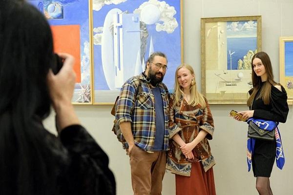 Фотосессии на фоне картин Виктора Орловского с гостями вернисажа