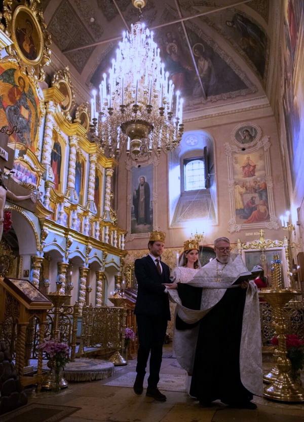 Церемония венчания  в храме Успения Пресвятой Богородицы в Путинках, Москва 14 октября 2020 г.  Венчает о.Геннадий