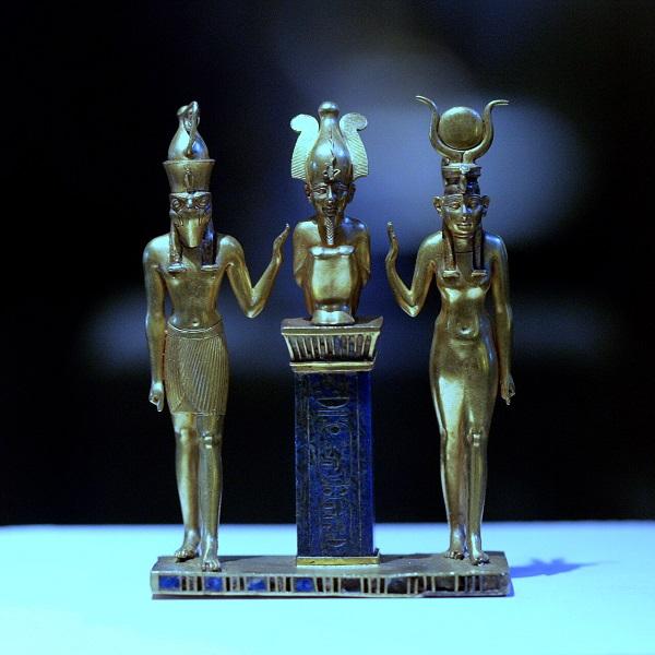 Египетские боги составляют огромный пантеон --все видимое в природе принималось древними за видимый образ божества: земля, небо, солнце, звёзды, горы, вулканы, реки, ручьи, деревья